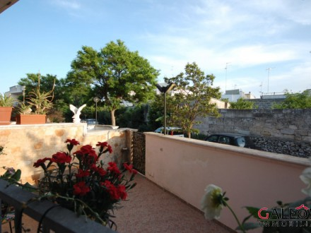 Salento, Lecce - Freehold, three-bedroom, three-storey end of terrace house.