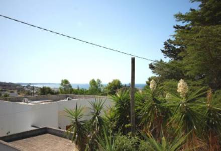Lovely detached two bedroom freehold house with sea view from the private roof terrace.