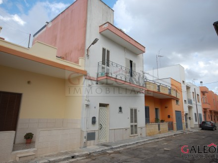Terraced freehold two-storey house for sale, in the peripheral area of the town of Galatina.